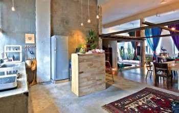 Khu bếp mở thông với phòng khách qua khu vực bàn ăn.