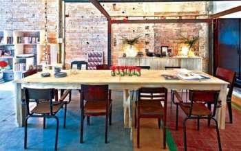 Bộ bàn ăn rộng với những chiếc ghế cũ đầy cá tính và khác biệt.